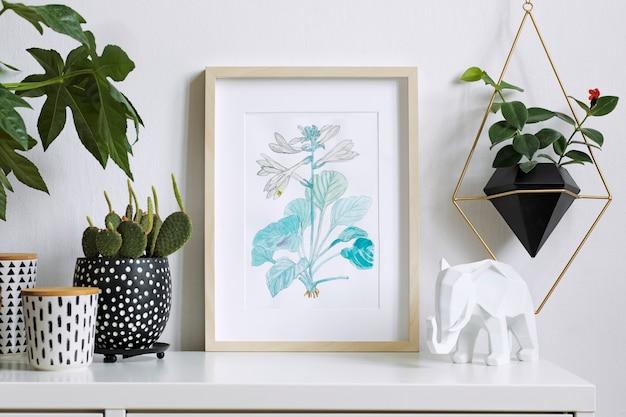 Stylowa kompozycja kreatywnego wnętrza domu hipster z ramą plakatową, roślinami w designerskich doniczkach i akcesoriami geomertycznymi