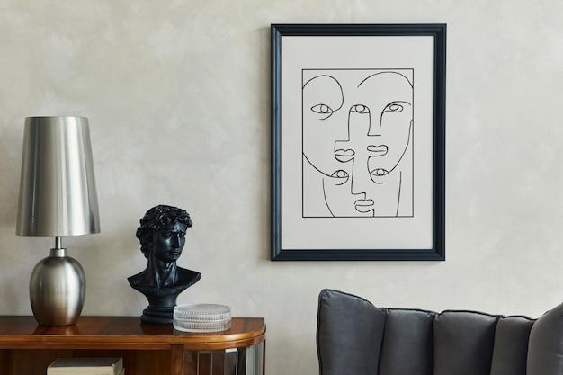 Stylowa kompozycja kreatywnego wnętrza salonu z makietą ramy plakatowej, lampą i rzeźbą na drewnianej komodzie, szarym krzesłem i eleganckimi dodatkami osobistymi. neutralna beżowa ściana. szablon.