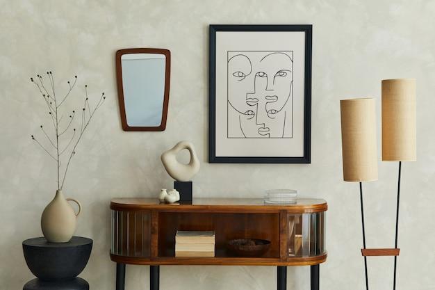 Stylowa kompozycja kreatywnego wnętrza salonu z mocną ramą plakatową, drewnianą komodą, lampą, lustrem, suchą ławą w wazonie i eleganckimi akcesoriami osobistymi. neutralna beżowa ściana. szablon.