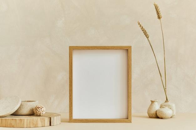 Stylowa kompozycja przytulnego, minimalistycznego wystroju wnętrza z mocną ramą plakatową, naturalnymi materiałami, takimi jak drewno i marmur, suchymi roślinami i osobistymi dodatkami. neutralne kolory beżu, szablon.