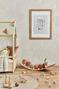 Stylowa kompozycja przytulnego wnętrza pokoju dziecięcego scandi z makietą ramy plakatowej, łóżkiem, pluszową gąsienicą na balansie, zabawkami i wiszącymi dekoracjami. ściana kreatywna, na podłodze dywan. szablon.