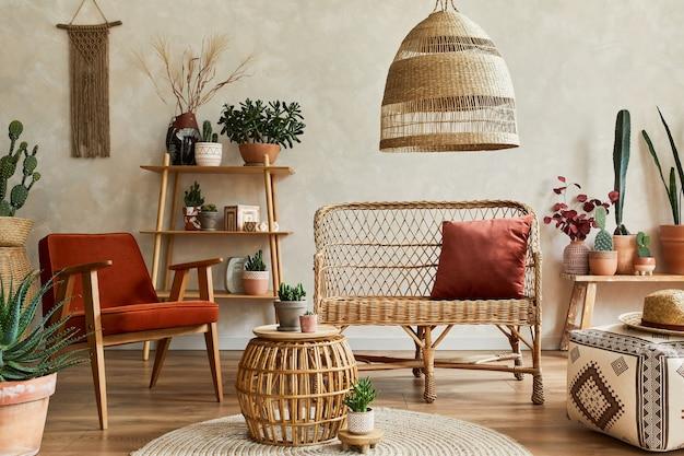 Stylowa kompozycja przytulnego wnętrza salonu z przestrzenią do kopiowania, mnóstwem roślin, drewnianymi półkami, rattanową sofą i dodatkami boho. beżowa ściana, dywan na podłodze. koncepcja miłości roślin. szablon.