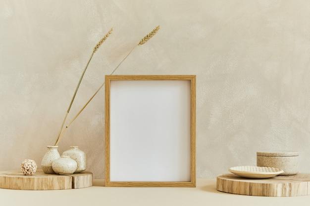 Stylowa kompozycja przytulnego wystroju wnętrza z mocną ramą plakatową, naturalnymi materiałami, takimi jak drewno i marmur, suchymi roślinami i osobistymi dodatkami. neutralne kolory beżu, szablon.