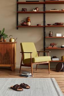 Stylowa kompozycja retro wnętrza salonu z designerskimi fotelami, drewnianymi regałami, stolikami kawowymi, dekoracjami dywanowymi, kapciami i eleganckimi dodatkami w wystroju domu
