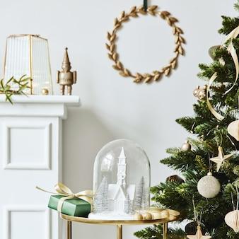 Stylowa kompozycja świąteczna we wnętrzu salonu z białym kominem, choinką i wieńcem, gwiazdami, prezentami i dekoracją. zbliża się klauzula świętego mikołaja. szablon.