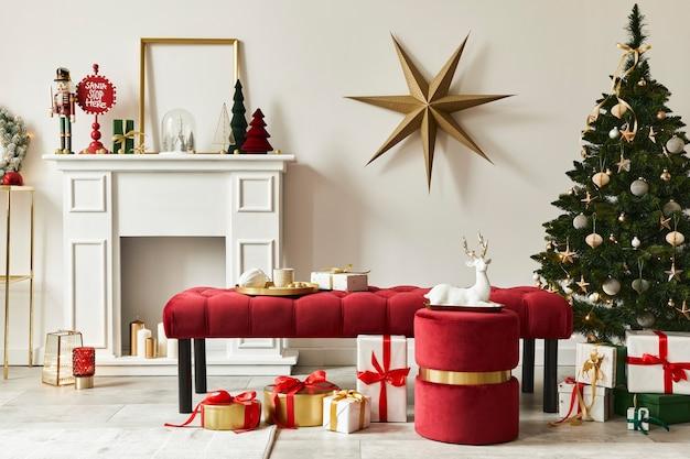 Stylowa kompozycja świąteczna we wnętrzu salonu z białym kominem, choinką i wieńcem, gwiazdami, prezentami i dekoracją. zbliża się mikołajowa klauzula. szablon.