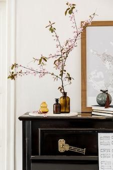 Stylowa kompozycja we wnętrzu salonu z czarnym fortepianem, makietą mapy plakatowej, suszonymi kwiatami w wazonie, dekoracją i eleganckimi dodatkami w nowoczesnym wystroju domu.