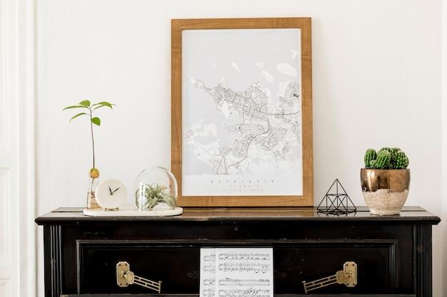Stylowa kompozycja we wnętrzu salonu z czarnym fortepianem, makietą mapy plakatowej, suszonymi kwiatami, zegarem, książką, lampą, białą ścianą i eleganckimi akcesoriami osobistymi w nowoczesnym wystroju domu.