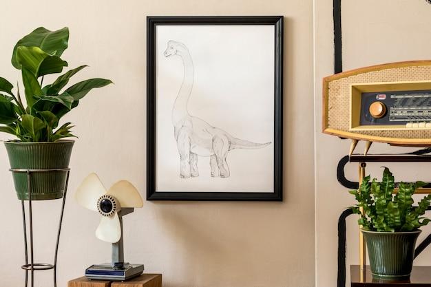 Stylowa kompozycja wnętrza salonu w stylu retro wypełnionego mnóstwem roślin w zielonych donicach, czarnej ramie, retro radiem i wiatrakiem. vintage wystrój domu. minimalistyczna koncepcja...
