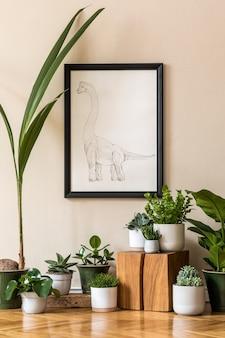 Stylowa kompozycja wnętrza salonu w stylu retro z dużą ilością roślin w różnych donicach i czarną ramą plakatową na beżowej ścianie