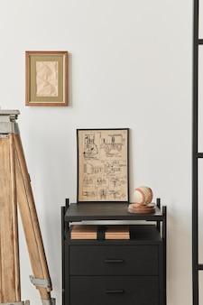 Stylowa kompozycja wnętrza salonu z brązową drewnianą ramą plakatową, książką, czarną półką, dekoracją i eleganckimi dodatkami. biała ściana.
