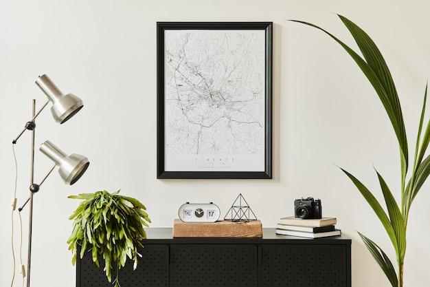 Stylowa kompozycja wnętrza salonu z designerską czarną komodą, mnóstwem roślin, makietową mapą plakatową, dekoracją, srebrną lampą i eleganckimi dodatkami osobistymi. szablon. nowoczesny wystrój domu.