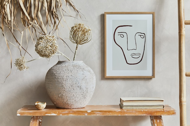 Stylowa kompozycja wnętrza salonu z mocną ramą plakatową, ławką w stylu retro, glinianym wazonem i książkami. rustykalna inspiracja. letnie wibracje. beżowa ściana. szablon.