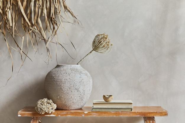 Stylowa kompozycja wnętrza salonu z przestrzenią do kopiowania, ławką w stylu retro, glinianymi wazonami i naczyniami. rustykalna inspiracja. letnie wibracje. beżowa ściana. szablon.