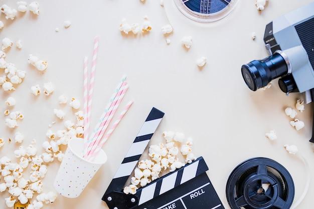 Stylowa kompozycja z popcornem i aparatem fotograficznym