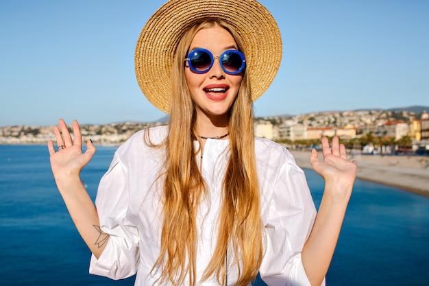 Stylowa ładna blondynka z długimi włosami