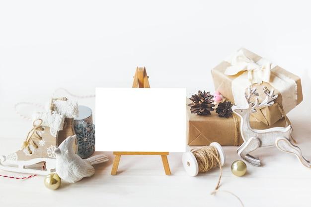 Stylowa makieta brandingowa do wyświetlania twoich dzieł sztuki. ładny rocznika boże narodzenie nowy rok prezenty makiety na drewnianym tle. płaski widok z góry.