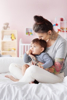 Stylowa mama z małym dzieckiem