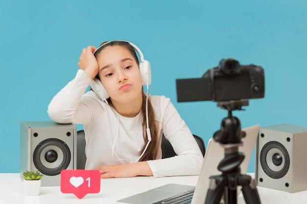 Stylowa młoda dziewczyna nagrywa wideo