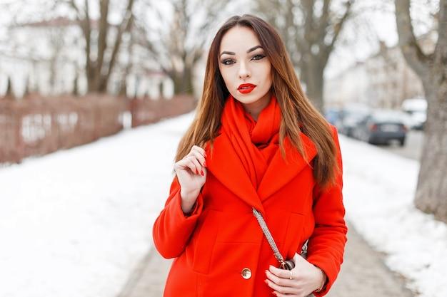 Stylowa Młoda Dziewczyna W Czerwonym Szaliku I Płaszczu Premium Zdjęcia