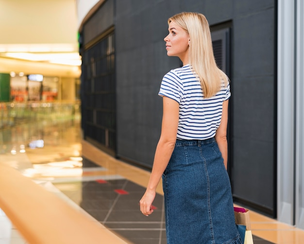 Stylowa młoda kobieta patrząc od hotelu