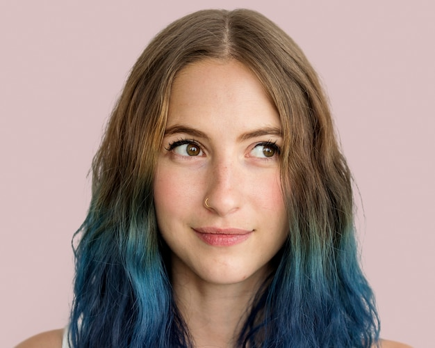 Stylowa młoda kobieta, portret uśmiechniętej twarzy z niebieskimi włosami
