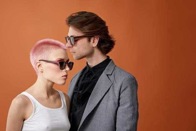 Stylowa młoda para hipster w okulary przeciwsłoneczne