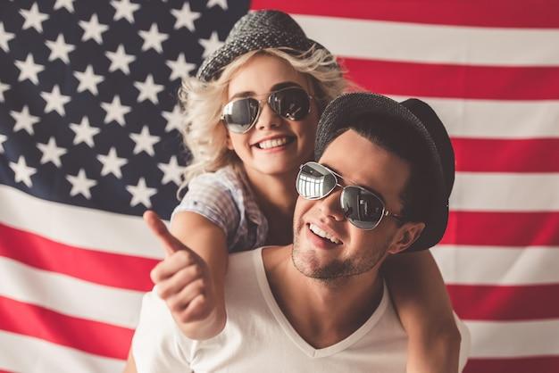 Stylowa młoda para w kapeluszach i okularach przeciwsłonecznych przytula
