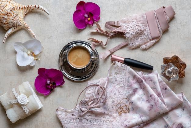 Stylowa moda akcesoria kobiece widok z góry. koronkowa różowa bielizna, bielizna.