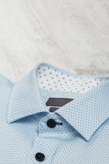 Stylowa niebieska koszula