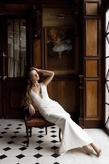 Stylowa nowoczesna panna młoda w białej sukni z wycięciem koncepcyjny wizerunek modny wizerunek panny młodej