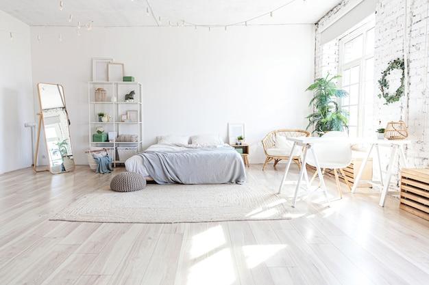 Stylowa nowoczesna sypialnia z dużym łóżkiem