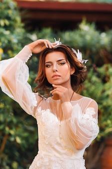 Stylowa panna młoda w dniu ślubu we włoszech. elegancka panna młoda z toskanii. panna młoda w białej sukni ślubnej.