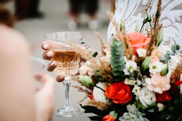 Stylowa panna młoda z kwiatami bukiet ślubny