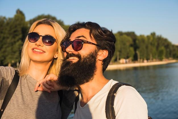 Stylowa para na wakacjach