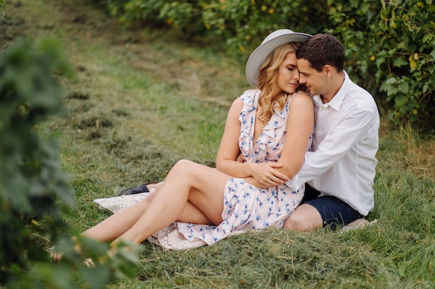 Stylowa para pozowanie w naturze. miłość i uściski
