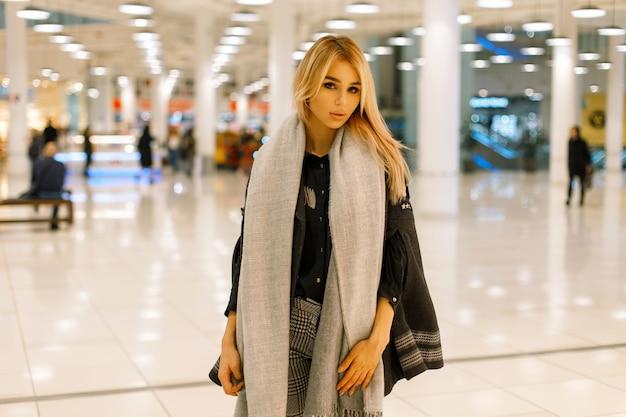 Stylowa Piękna Kobieta W Modnych Jesiennych Ubraniach W Centrum Handlowym Premium Zdjęcia