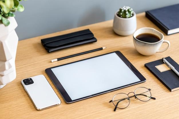 Stylowa, płaska kompozycja biznesowa na drewnianym biurku w nowoczesnej koncepcji domowego biura