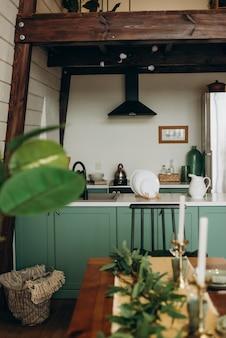 Stylowa przytulna zielona kuchnia w stylu loftowym. nowoczesne wnętrze. miękka selektywna ostrość.
