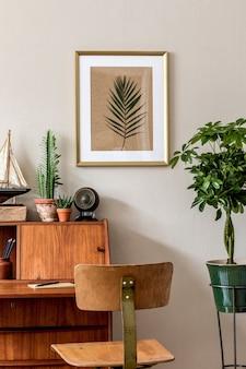 Stylowa retro kompozycja wnętrza domowego biura z zabytkową drewnianą szafką, krzesłem, roślinami, plakatem, lampą i eleganckimi dodatkami. złota makieta rama plakatowa. retro wystrój domu.