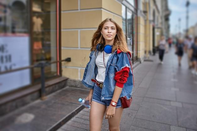 Stylowa rosjanka idzie wzdłuż alei newskiego w sankt petersburgu w rosji.