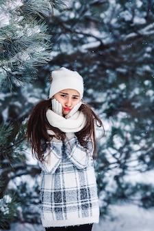 Stylowa smutna dziewczyna w zimowym lesie.