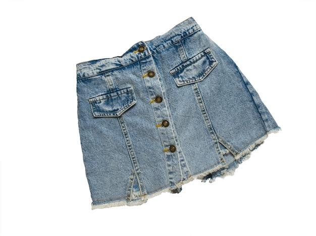 Stylowa spódnica jeansowa na białym tle na białej powierzchni