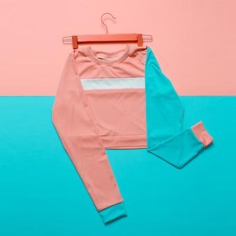 Stylowa sportowa bluzka na wieszaku. styl hipster. trend w pastelowych kolorach