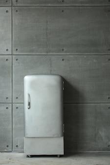 Stylowa stara retro lodówka zsrr we wnętrzu mody.