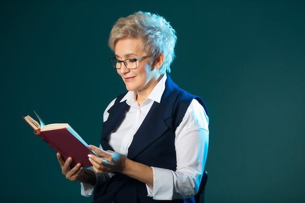 Stylowa starsza kobieta w okularach, czytając książkę