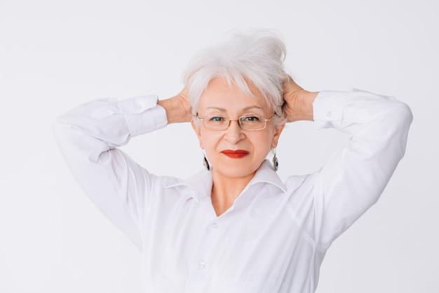 Stylowa starsza pani. styl życia. pewność i elegancja. odnosząca sukcesy starsza kobieta