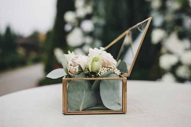Stylowa szklana skrzynka na kwiaty na ślub