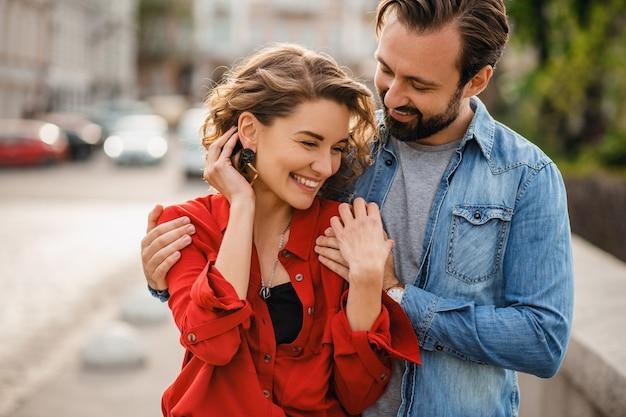 Stylowa zakochana para siedzi na ulicy podczas romantycznej wycieczki