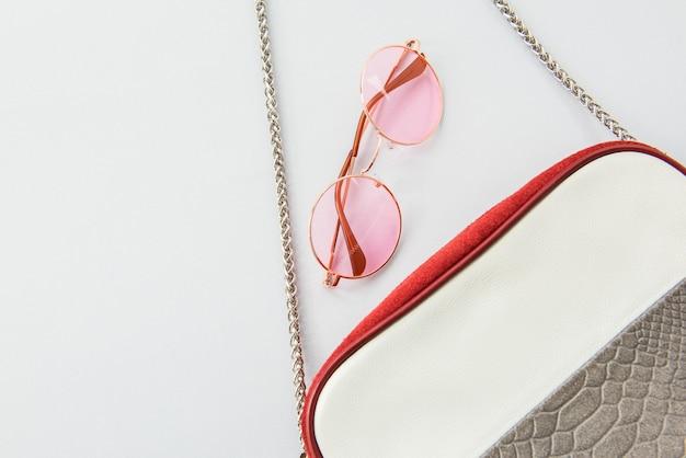 Stylowe akcesoria damskie: włoskie różowe okulary przeciwsłoneczne i torebka damska